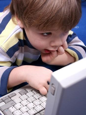 малыш за компьютером